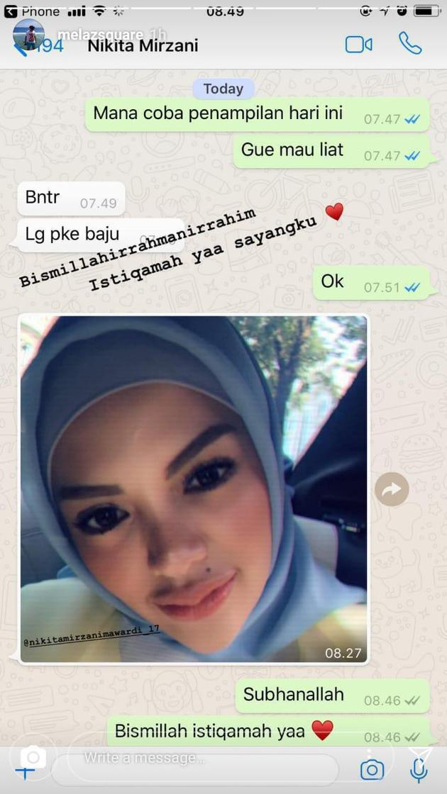 Penasaran dengan penampilan baru host kondang cantik itu, Melaz pun akhirnya minta foto perdana Nikita dengan hijabnya./Copyright instagram.com/sry