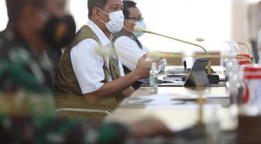 Ketua Satgas Penanganan Covid-19 Doni Monardo (tengah) di Medan, Sumatera Utara Selasa (20/4/2021).
