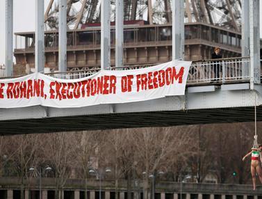 20160128-Nekat, Wanita Ini Telanjang Dada dari Atas Jembatan Paris-Prancis