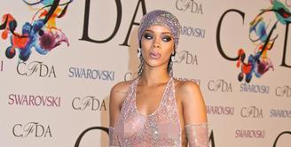 Saat menghadiri acara megah pun, RiRi nggak segan untu memamerkan kecantikan tubuhnya dengan baju transparan. (REX/Shutterstock/HollywoodLife)