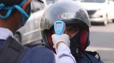 PSBB Tangerang Raya, Petugas Lakukan Cek Suhu Tubuh Pengendara