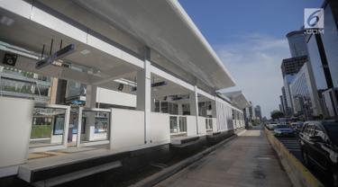 Sejumlah kendaraan melintasi Halte Bus Transjakarta Bundaran Hotel Indonesia (HI), Jakarta, Senin (25/3). Halte Bundaran HI menjadi halte Transjakarta pertama yang terintegrasi fisik secara langsung dengan stasiun Moda Raya Terpadu (MRT). (Liputan6.com/Faizal Fanani)