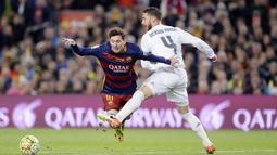 Jika transfer ini terjadi, maka Lionel Messi akan berada dalam satu tim bersama Sergio Ramos. Seperti diketahui, keduanya memiliki sejarah sebagai rival saat masih sama-sama bermain di Liga Spanyol. (Foto: AFP/Josep Lago)