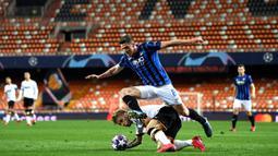 Bek Atalanta, Robin Gosens, berebut bola dengan pemain Valencia pada laga babak 16 besar Liga Champions 2019-2020 di Stadion Mestalla, Valencia, Rabu (11/3). Atalanta menang 4-3 atas Valencia. (AFP/POOL UEFA)