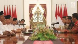 Presiden Joko Widodo berdialog dengan Dewan Pimpinan Pusat Asosiasi Petani Tebu Rakyat Indonesia (DPP APTRI) di Istana Negara, Jakarta, Selasa (5/3). Pertemuan membahas kelangsungan industri gula dan pertanian tebu.(Liputan6.com/Angga Yuniar)