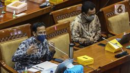 Mendikbud Nadiem Makarim (kiri) mengikuti rapat kerja dengan Komisi X DPR di Kompleks Parlemen Senayan, Jakarta, Senin (16/11/2020). Rapat membahas evaluasi program belajar dari rumah terkait subsidi kuota internet serta isu-isu kesiapan rekrutmen guru honorer tahun 2021. (Liputan6.com/Johan Tallo)