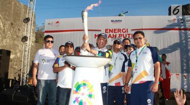 Ketua DPR RI Bambang Soesatyo (tengah) dan Direktur Bank Mandiri Darmawan Junaidi (kanan) usai membawa obor Asian Games 2018 di Bali, Selasa (24/7). Bank Mandiri mendukung ajang olahraga multievent terbesar kedua di dunia ini. (Liputan6.com/Pool/Rizki)