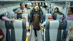 Model mengenakan kain batik dan tenun di kereta api bandara, Jakarta, Kamis (2/5/2019). Busana yang diperagakan merupakan kain tenun Ende dan batik Tuban. (Liputan6.com/Immanuel Antonius)