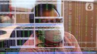 Karyawan mengamati pergerakan harga saham di Profindo Sekuritas Indonesia, Jakarta, Senin (27/7/2020). Pergerakan Indeks Harga Saham Gabungan (IHSG) ditutup menguat 0,66% atau 33,67 poin ke level 5.116,66 pada perdagangan hari ini. (Liputan6.com/Angga Yuniar)