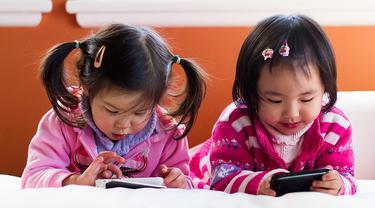 Bahaya Bila Ortu Membiarkan Begitu Saja Anak Pegang Gadget