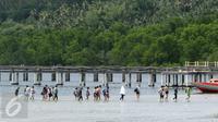Turis mancanegara usai melihat keindahan taman laut di Pulau Bunaken, Manado, Sabtu (17/12). Tiongkok mendominasi kunjungan wisatawan mancanegara (wisman) di Manado pada pertengahan tahun hingga mencapai 34 ribu wisatawan. (Liputan6.com/Fery Pradolo)