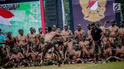 Para prajurit Kopossus memberi semangat rekannya saat bertarung bebas dalam HUT ke-67 Kopassus di Markas Kopassus, Jakarta, Rabu (24/4). Pasukan Kopassus adalah prajurit pilihan. Prajurit yang ditempa dengan berbagai latihan, tantangan, dan medan pertempuran. (Liputan6.com/Faizal Fanani)
