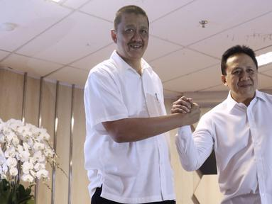 Komisaris Utama PT Garuda Indonesia Tbk Triawan Munaf (kanan) berjabat tangan dengan Direktur Utama (Dirut) PT Garuda Indonesia (Persero) Tbk (GIAA) Irfan Setiaputra saat berkenalan kepada media di Jakarta, Jumat (24/1/2020). (Liputan6.com/Angga Yuniar)