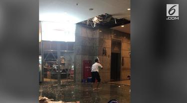 Insiden konstruksi diduga kembali terjadi di Gedung Bursa Efek Indonesia (BEI) Jakarta. Beredar foto yang menunjukkan salah satu plafon gedung tersebut ambrol.