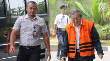 Tersangka suap Hakim PN Medan, Tamin Sukardi (kanan) saat tiba di Gedung KPK, Jakarta, Rabu (3/10). Pengusaha tersebut terlihat mengenakan tongkat sebagai alat bantu jalan. (Merdeka.com/Dwi Narwoko)