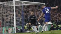 Penyerang Chelsea, Olivier Giroud, melepaskan tendangan ke gawang West Ham United pada laga Premier League 2019 di Stadion Stamford Bridge, Selasa (9/4). Chelsea menang 2-0 atas West Ham United. (AP/Alastair Grant)