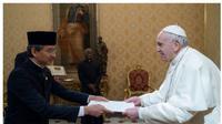 Duta Besar RI untuk Takhta Suci Vatikan, L. Amrih Jinangkung menyerahkan surat kepercayaan (credential letter) kepada Paus Fransiskus. (KBRI Takhta Suci Vatikan)