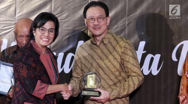 Menkeu Sri Mulyani (kiri) memberikan apresiasi dan penghargaan kepada President Commissioner EMTEK Eddy Kusnadi Sariaatmadja di Jakarta, Rabu (13/3). Eddy dianggap berkontribusi besar dan patuh terhadap peraturan perpajakan. (Liputan6.com/JohanTallo)