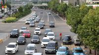 Pengendara sepeda melintasi Jalan MH Thamrin di Jakarta, Sabtu (24/2). Wakil Kepala Dishub DKI Sigit Wijatmoko mengatakan, pembenahan jalur sepeda di Jalan Sudirman-MH Thamrin terkait proyek TOD Dukuh Atas. (Liputan6.com/Immanuel Antonius)