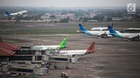 Pesawat milik sejumlah maskapai terparkir di areal Bandara Soekarno Hatta, Tangerang, Banten, Kamis (16/5/2019). Pemerintah akhirnya menurunkan tarif batas atas (TBA) tiket pesawat atau angkutan udara sebesar 12-16 persen yang berlaku mulai Kamis hari ini. (Liputan6.com/Faizal Fanani)