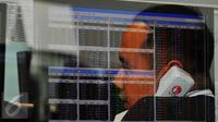 Pekerja tengah memantau pergerakan saham di sebuah monitor, Jakarta, Senin (14/11). Laju IHSG melemah 2,6 persen atau sekitar 137,71 poin ke level 5.094,25 pada penutupan sesi pertama perdagangan saham Senin (14/11/2016). (Liputan6.com/Angga Yuniar)