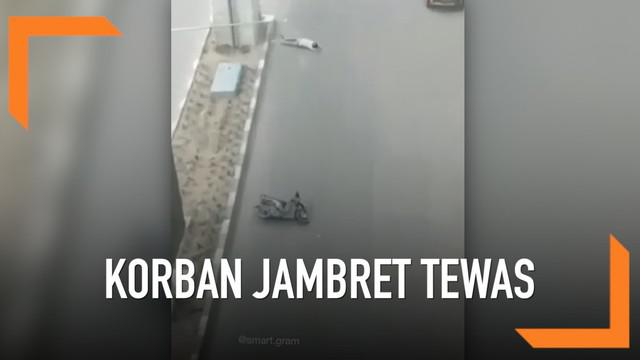 Aksi penjambretan terjadi di Jalan Kolonel Haji Barlian, Sukarami, Palembang. Seorang wanita hamil 7 bulan menjadi korbannya. Ia tewas saat berkendara saat pelaku merampas tas miliknya.