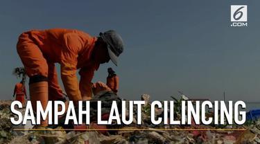 Petugas Suku Dinas Lingkungan Hidup Kepulauan Seribu terus berupaya membersihkan laut Ciliwung yang dipenuhi sampah