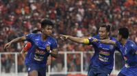 Striker Arema FC, Nur Hardianto, merayakan gol yang dicetaknya ke gawang Persija Jakarta pada laga Shopee Liga 1 di SUGBK, Jakarta, Sabtu (3/8). Persija bermain imbang 2-2 atas Arema. (Bola.com/Yoppy Renato)