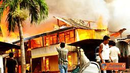 Citizen6, Makassar: Kebakaran terjadi pukul 08.00 WIB di Jalan Dg Tata III Makassar pada, Kamis (31/5). Kebakaran menghanguskan beberapa rumah warga. Kerugian di taksir mencapai puluhan juta, beruntung tak ada korban jiwa dalam kejadian ini. (Pengirim: An