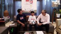 Muhammad Rizky (tengah), dan ayahnya (kanan), bertemu dengan Duta Besar Inggris untuk Indonesia, Moazzam Malik, di Kedutaan Besar Inggris di Jakarta, Kamis (9/5/2019). (Liputan6.com/Afra Augesti)
