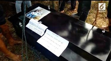 Anak pertama komedian Aa Jimmy, Radea Putri ditemukan meninggal di RSUD Pandeglang. Putri dimakamkan disebelah makam orang tua dan adiknya.