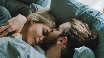 5 Cara Manis Bangunkan Pasangan di Pagi Hari Menurut Ahli