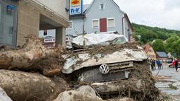 Mobil yang rusak disertai batang pohon yang terbawa oleh aliran arus banjir yang melanda wilayah Braunsbach, Jerman selatan (30/5). Empat orang tewas dan beberapa lainnya luka-luka dalam musibah ini. (Marijan Murat / dpa / AFP)