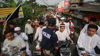 Petugas berjaga saat unjuk rasa di depan Masjid Jemaah Ahmadiyah di Depok, Jawa Barat, Jumat (24/2). Meskipun bangunannya telah disegel, massa tetap menuntut agar aliran Ahmadiyah dibubarkan. (Liputan6.com/Immanuel Antonius)