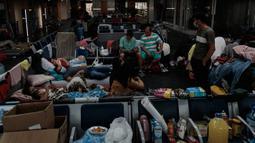Imigran Kolombia yang terdampar tinggal di Bandara Internasional Guarulhos, di Guarulhos, dekat Sao Paulo, Selasa (26/5/2020). Kolombia menutup perbatasan jalur udaranya untuk mencegah penyebaran virus corona Covid 19 pada 20 Maret 2020 yang akan dilakukan hingga 30 Mei. (Miguel SCHINCARIOL/AFP)
