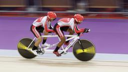 Pebalap sepeda Indonesia, Herman Halawa dan Pradana Diwan, saat beraksi pada Asian Para Games di Velodrome, Jakarta, Kamis (11/10/2018). Pasangan Indonesia ini meraih medali perunggu di nomor trek Individual Pursuit B putra. (Bola.com/M Iqbal Ichsan)