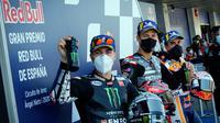 Maverick Vinales (kiri) dan Fabio Quartararo (tengah) di podium MotoGP Jerez 2020, Minggu (19/7/2020). (Handout/MotoGPAFP)