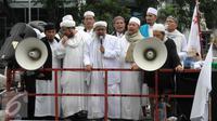 Ketua FPI Habib Muhammad Rizieq Shihab saat mengelar aksi di depan Gedung KPK, Jakarta, Senin (4/4) Dalam Aksinya tersebut mendesak agar di periksannya Gubernur Jakarta, Ahok terkait Korupsi Rs Sumber waras. (Liputan6.com/Helmi Afandi)