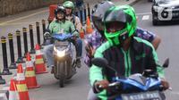 Pengemudi ojek online membawa penumpang di Jakarta, Selasa (10/3/2020). Kementerian Perhubungan (Kemenhub) melalui Direktorat Jenderal Perhubungan Darat resmi menaikkan tarif batas atas dan tarif batas bawah ojek online. (Liputan6.com/Angga Yuniar)