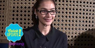 Rindu dengan dunia teater dan puisi, Maudy Koesnaedi ikut membacakan puisi di pertunjukan teatrikal puisi Manusia Istana.