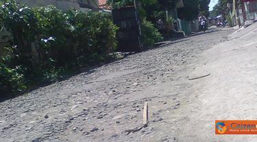 Citizen6, Tanjung Priok: Warga Jalan Swasembada Barat 12 Kelurahan Kebon Bawang, Kecamatan Tanjung  Priok, Jakarta Utara minta agar jalan yang rusak berbatu dengan kondisi lapisan aspal terkelupas segera diperbaiki. (Pengirim: Budi Sasmito)
