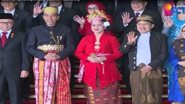 Tak mau ketinggalan, Ibu Negara Iriana memakai baju adat Bali, sementara Ibu Mufida dengan kebaya batik dari Solo