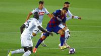 Striker Barcelona, Luis Suarez, berusaha melewati pemain Napoli pada laga Liga Champions di Stadion Camp Nou, Sabtu (8/8/2020). Barcelona menang 3-1 atas Napoli. (AP/Joan Monfort)