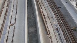 Pekerja memasang besi untuk rel proyek Light Rail Transit (LRT) Jabodebek di Jakarta, Minggu (12/8). Progres pembangunan proyek yang dimulai sejak 2015 tersebut sampai saat ini telah mencapai 41 persen. (Liputan6.com/Immanuel Antonius)