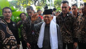 Cawapres nomor urut 01 Ma'ruf Amin saat tiba di Resto Plataran Menteng, Jakarta Pusat, Kamis (18/4). Pertemuan antara Jokowi-Ma'ruf Amin dengan ketua umum partai pendukung ini dilakukan usai sejumlah lembaga survei mengumumkan hasil quick count Pilpres 2019. (Liputan6.com/Angga Yuniar)