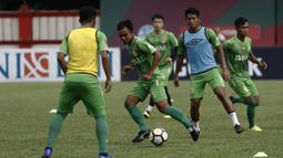 Pemain Bhayangkara FC, Muhammad Rochman, mengontrol bola saat latihan di Stadion PTIK, Jakarta, Minggu (2/12). Latihan ini persiapan jelang laga Liga 1 melawan PSM Makassar. (Bola.com/Yoppy Renato)
