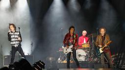 Penampilan Mick Jagger (kiri), Ronnie Wood (dua kiri), Charlie Watts (dua kanan), dan Keith Richards saat konser Rolling Stones dalam tur 'No Filter' di Soldier Field, Chicago, Amerika Serikat, Jumat (21/6/2019). Ini merupakan konser pertama Jagger setelah operasi jantung. (Kamil Krzaczynski/AFP)