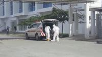 Petugas medis saat mengevakuasi pasien positif Covid-19 pertama di Sulbar