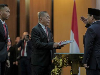 Ryamizard Ryacudu (tengah) menyerahkan memori jabatan kepada pejabat baru Menteri Pertahanan, Prabowo Subianto saat seremoni serah terima di Kementerian Pertahanan, Jakarta, Kamis (24/10/2019). Ryamizard Ryacudu resmi menyerahkan jabatan Menhan kepada Prabowo Subianto. (Liputan6.com/Faizal Fanani)