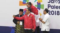 Presiden Joko Widodo bersama Ketua Umum Pengurus Besar Ikatan Pencak Silat Indonesia (IPSI) Prabowo Subianto usai mengalungkan medali kepada atlet di final pencak silat Asian Games 2018, Jakarta Jakarta, Rabu (29/8). (Merdeka.com/Imam Buhori)